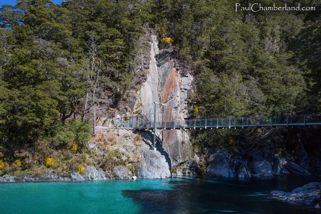 Nouvelle Zélande-île du sud-Lac Makarora-Piscine d'eau bleu- Pont suspendu